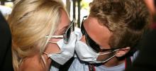 Турок призывают отказаться от поцелуев и рукопожатий